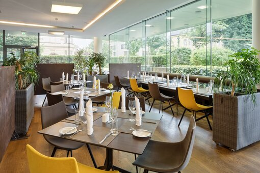 Restaurant with laid table and outside view | Hotel Congress Innsbruck