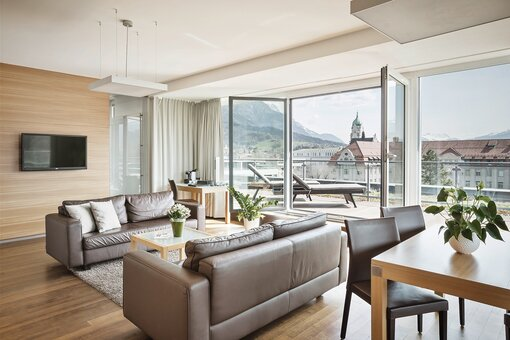 Panoramasuite living area with balcony | Hotel Congress Innsbruck