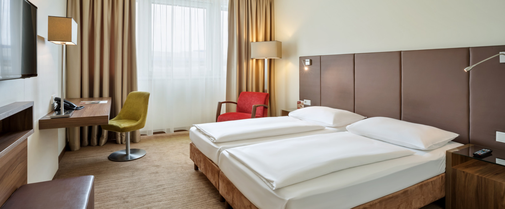 Classic Room with twin bed and night stand | Hotel Doppio in Vienna
