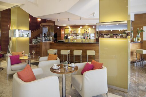 Lobby bar with counter and seating area | Hotel Europa Graz