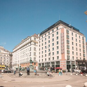 Exterior view hotel building with fountain | Hotel Europa Wien
