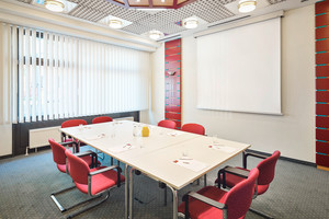 Seminar room Remise with boardroom and screen | Hotel Lassalle in Vienna