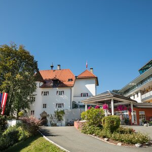 Exterior view hotel driveway | Hotel Schloss Lebenberg in Tyrol