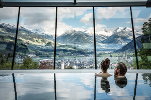 Pool on the roof top with panormic view | Hotel Schloss Lebenberg in Tyrol