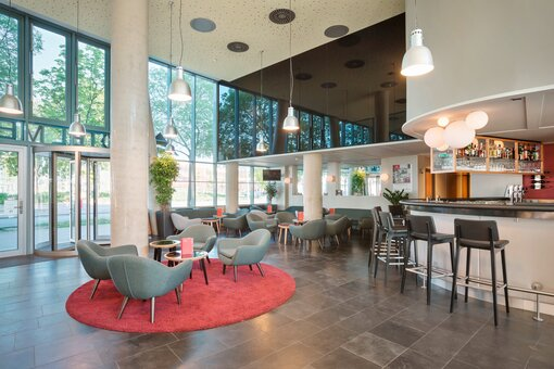 Lobby with bar and seating area | Hotel Messe Prater Wien