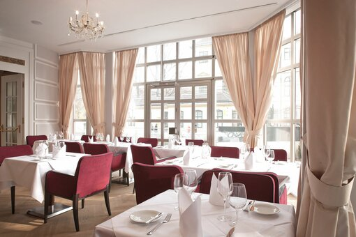 Restaurant with conservatory and laid table | Parkhotel Schönbrunn in Vienna