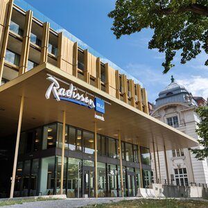 Exterior view entrance area | Radisson Blu Park Royal Palace Hotel in Vienna | © Jennifer Fetz