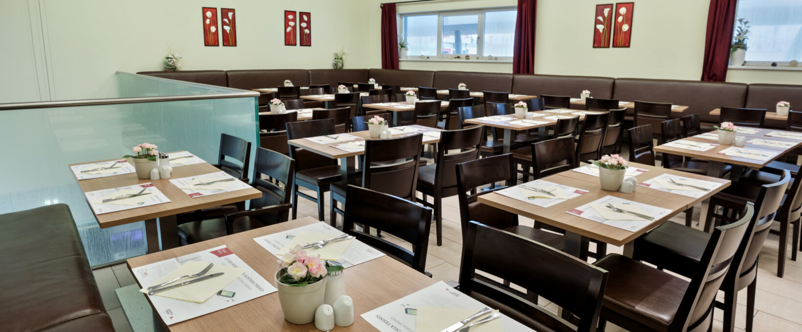Breakfast restaurant with laid table | Hotel Salzburg Mitte