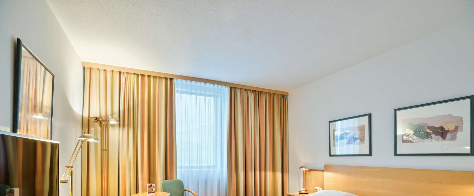 Classic Room with double bed, desk and TV | Hotel Salzburg West