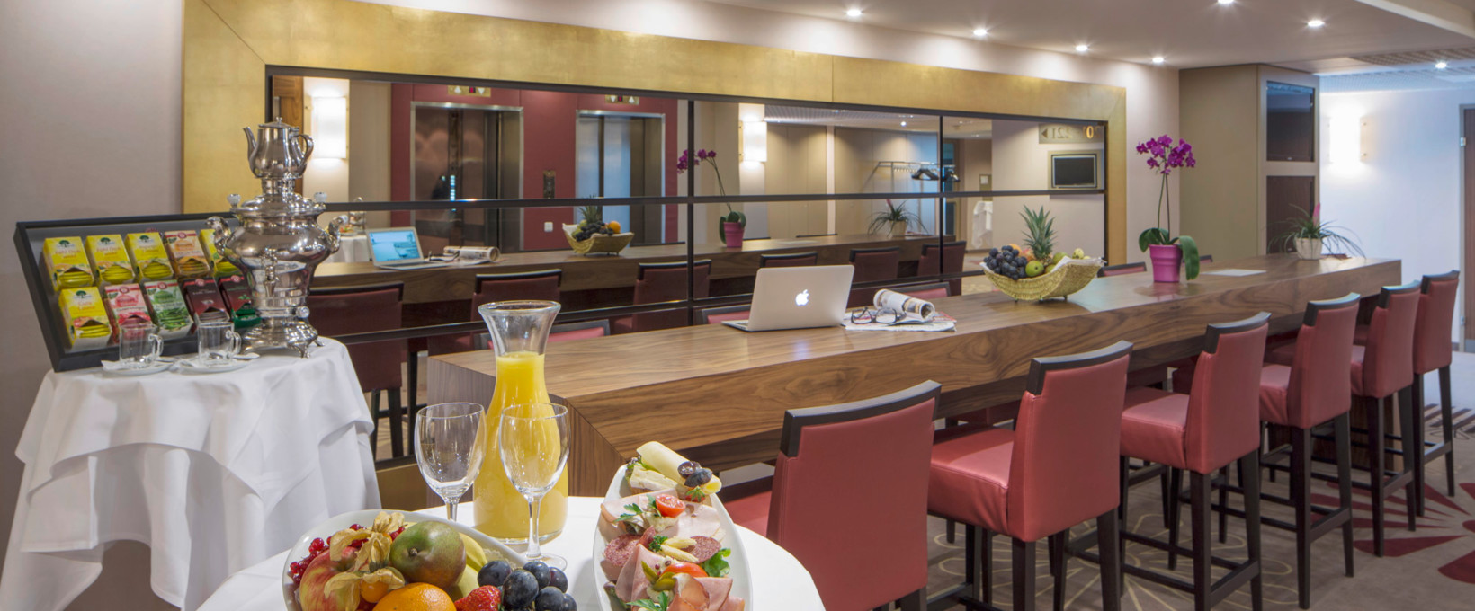 Bar with bar table, fruits and bun | Hotel Schillerpark in Linz