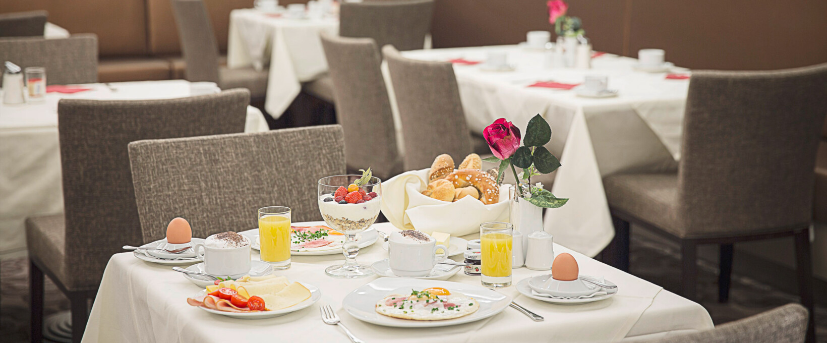 Breakfast table with egg and buns | Hotel Schillerpark in Linz
