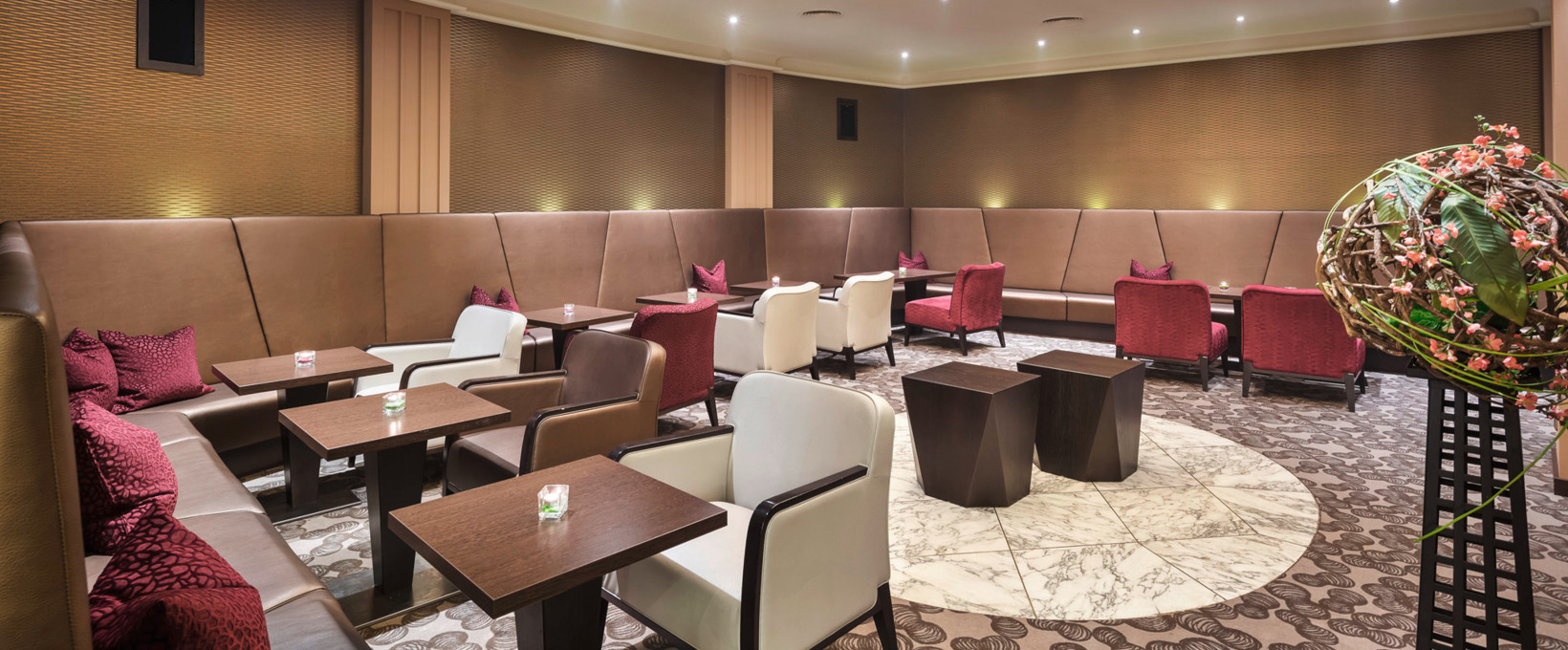 Hotel bar lounge with seating area | Hotel Schillerpark in Linz