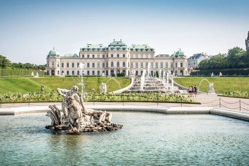 Castle Belvedere with fountain | Vienna